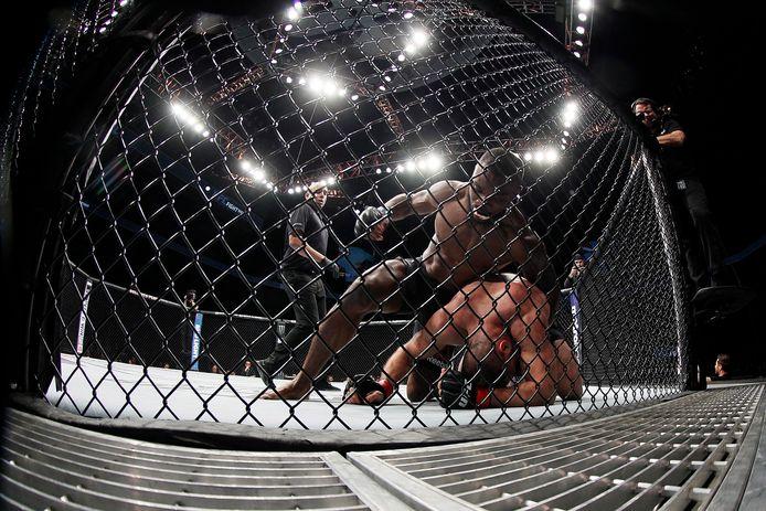 UFC-vechter Julian Marquez en Darren Stewart in actie op een archieffoto.