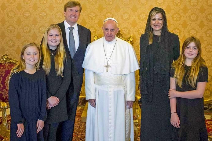 Koning Willem-Alexander, koningin Máxima en de prinsessen Amalia, Alexia en Ariane waren in 2016 al op privé-audiëntie bij paus Franciscus. FOTO ROBIN UTRECHT