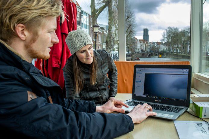 Visexpert Mark van Heukelum en stadsecoloog Anne Nijs kijken in het sluiswachterhuisje naar de vissen bij de onderwatercamera bij de Weerdsluis.