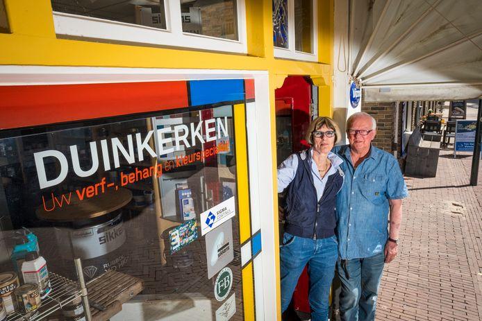 Ondernemers Marianne en Fokko Duinkerken stoppen er na ruim een halve eeuw mee. Hun speciaalzaak in de Achterstraat in Hattem wordt omgebouwd tot twee woningen.