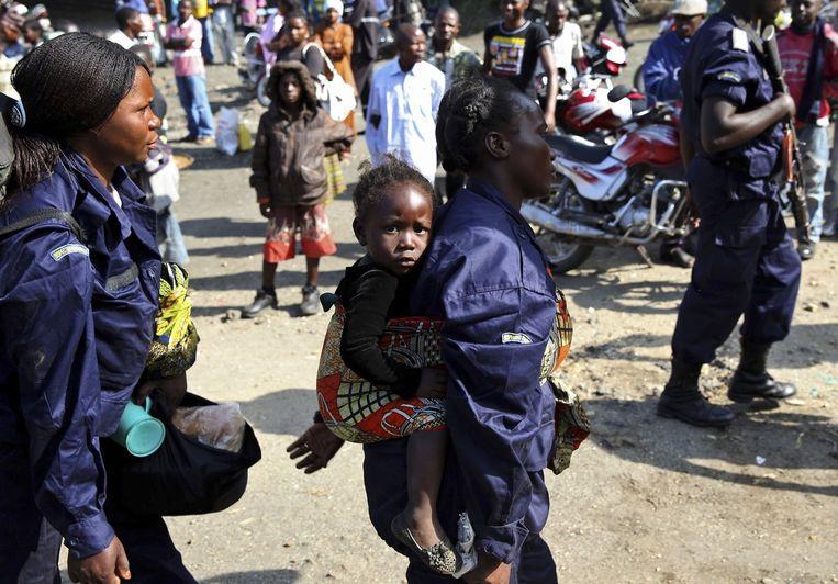 Een vrouwelijke politie-agente en haar kind in Goma, Congo. Beeld REUTERS