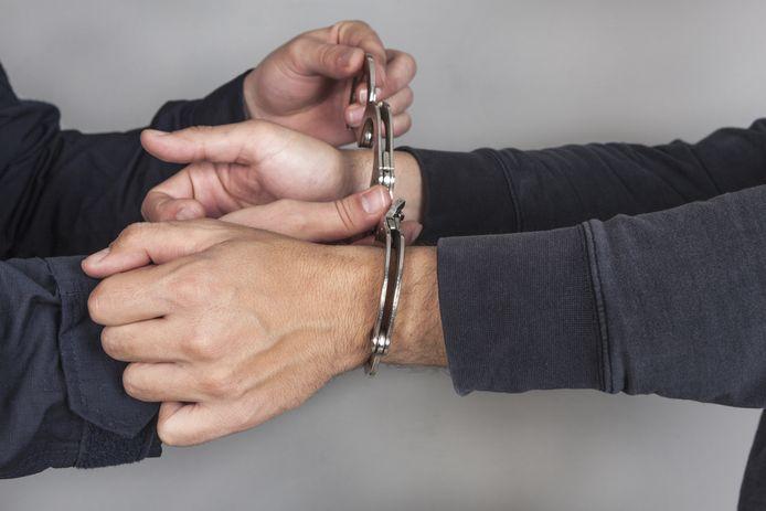 Ter illustratie. stockpzc stockadr arrestatie arrestant boeien handboeien aanhouding