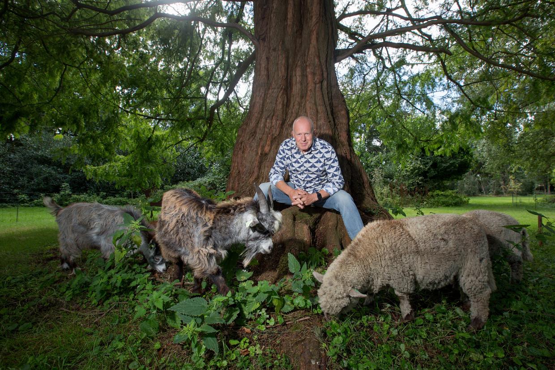 Rob van Hattum in zijn tuin. Beeld Maartje Geels