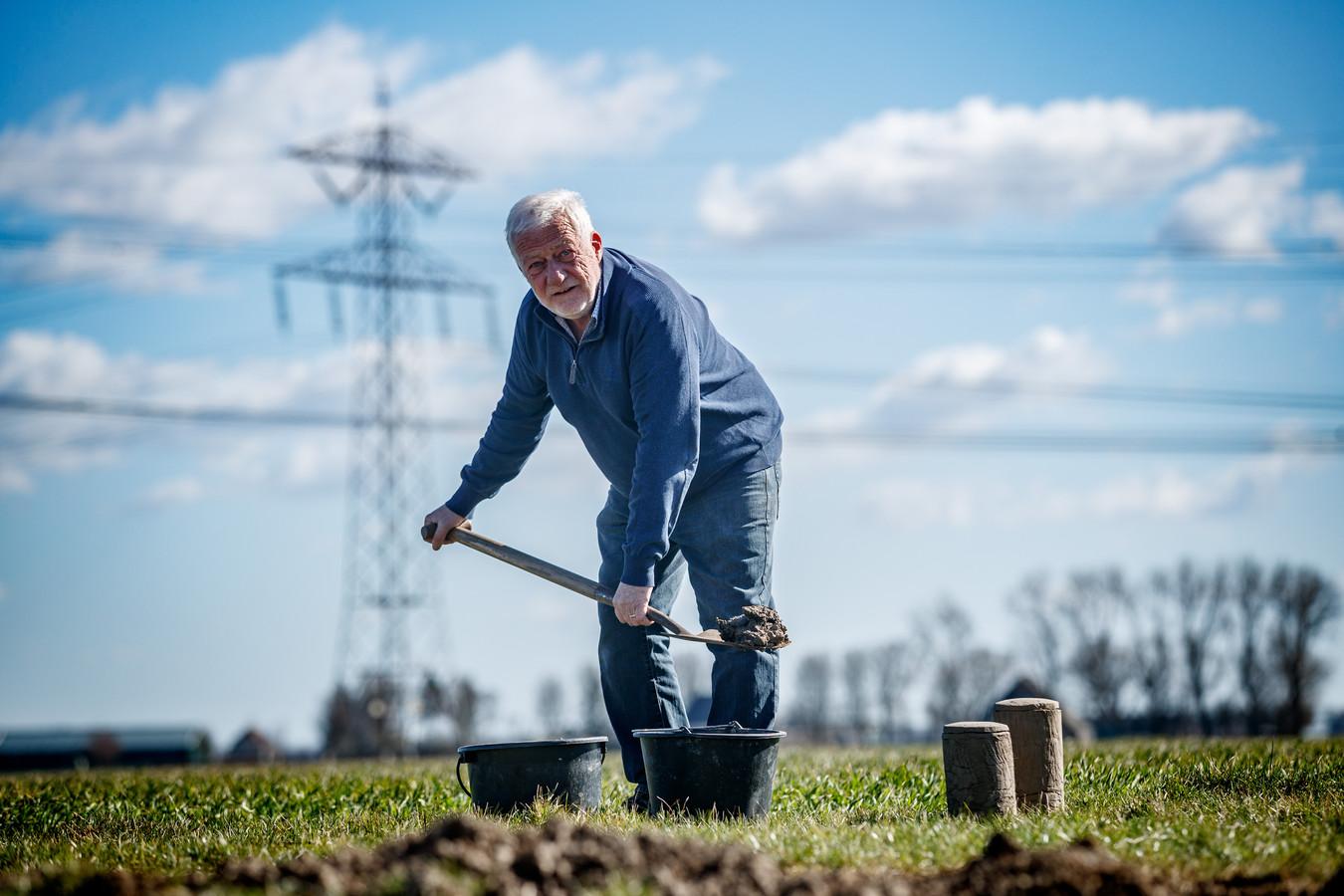 Boudewijn Wouters schept de klei die hij voor zijn urnen gebruikt zelf uit de grond.