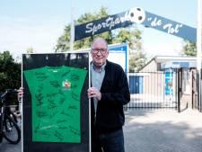 Theo koopt bijzonder Manchester-shirt op voetbalbeurs in Kilder: 'Een cadeautje voor mezelf'