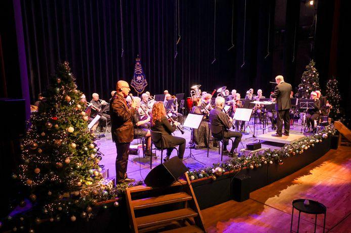 Er is een kerstconcert opgenomen door Michael Penders (voorgrond) en andere muzikanten van de Valkenswaardse harmonie UNA. Deze zal uitgezonden worden rond de Kerst door de lokale omroep VOS.