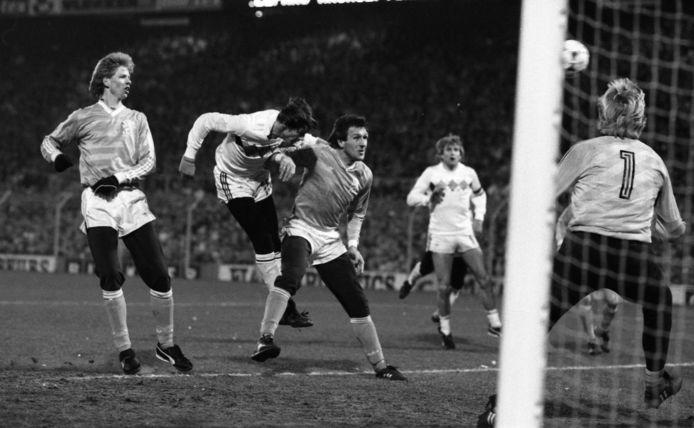 De bewuste kopbal van Grün in 1985 tegen Nederland.