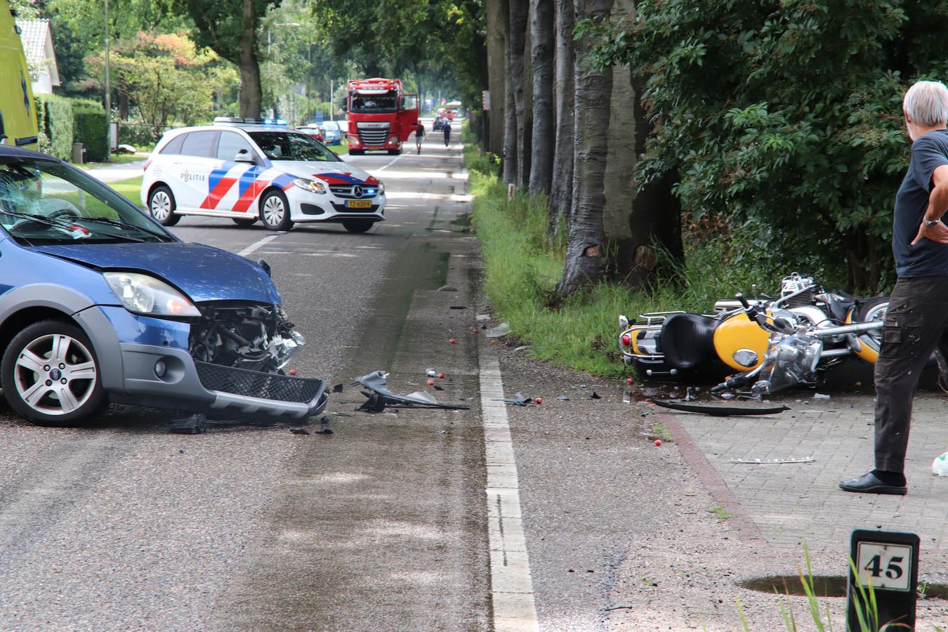 De ravage na de frontale botsing tussen de motor en een personenauto op de Wekeromseweg in Ede.   De motorrijder raakte gewond en moest naar het ziekenhuis. De weg werd afgesloten.