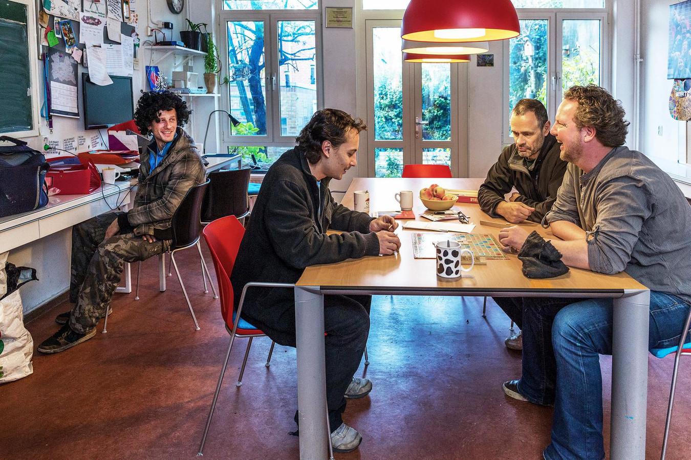 Wegloophuis Utrecht. Rechts aan de tafel Stephan van der Sluis. Links aan de tafel Roy Blok.