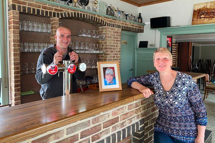 Steven Hendrickx (32) neemt de plaats van moeder Lieve De Schryver (63) achter de toog van 'café Lieve' in Burst in terwijl wijlen vader Roger eveneens prominent aanwezig blijft.