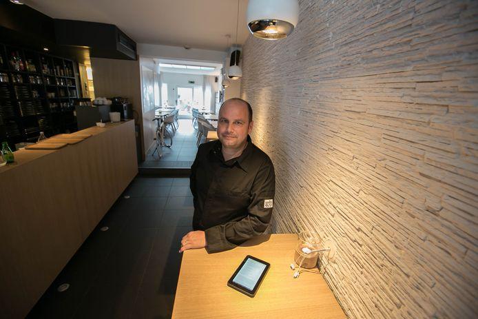 Zaakvoerder Frank Seurs in zijn restaurant Maison Blanche, waar hij klanten met een gastric bypass kleinere porties serveert.