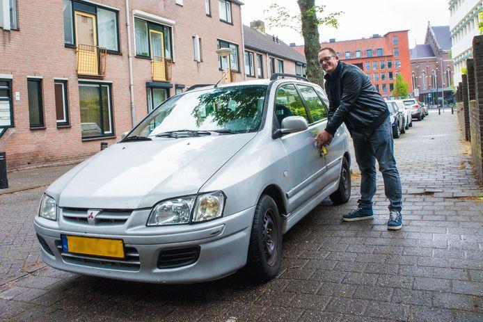 Bart Kuiper op de plek waar hij dus niet mag parkeren.
