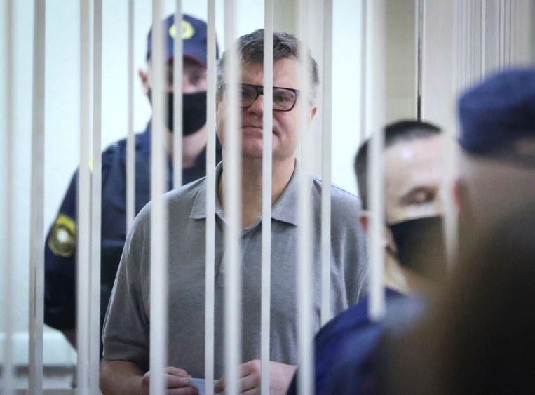 Viktor Babariko tijdens de rechtszaak in Minsk.  Beeld AP