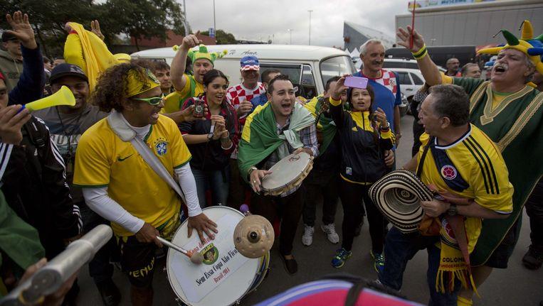 Voetbalsupporters aan het stadion Itaquerao waar de openingsceremonie zal plaatsvinden. Beeld AP