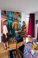 Van links naar rechts: wethouder Martien Louwers, Kamers met Aandacht-coördinator Anne-Marie Akkers en verhuurder Helga Stortelder, in de kleurrijke woonkamer van Helga.