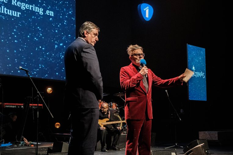 Toen presentator Marcel Vanthilt minister Jan Jambon het podium van de Ultimas op riep, vlogen de tomaten door de lucht.  Beeld Wouter Van Vooren