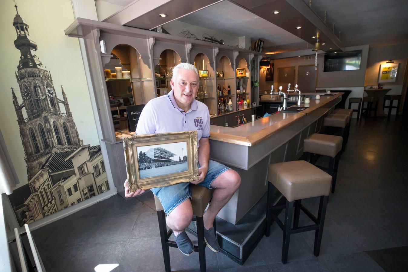 Voormalig NAC-speler en oer-Bredanaar Peter Remie is nu kroegbaas van Café Breda aan de Haagweg. In zijn handen een foto van het stadion aan de Beatrixstraat waar hij van 1984 tot 1997 furore maakte als rechtsbuiten.