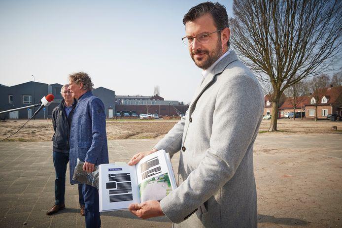 Wethouder Thijs van Kessel (met baard) toont op het Meester Gielenplein de speciale uitgave van het boek 'Ik noem mar 'n dwarsstroat'. De tekst over het Meester Gielenplein is hierin zwart gelakt.