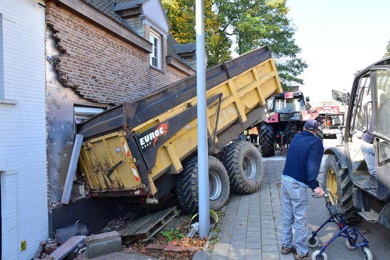 Nadat een aanhangwagen loskwam van een tractor, belandde deze tegen de gevel van een woning op de hoek met de Dottenijsestraat.