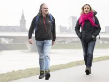 Wandelen met de weervrouw en de geluksprofessor: 'Ik wil alles absorberen en dus ga ik langzamer lopen'
