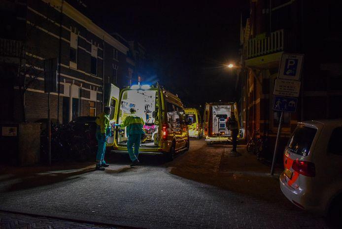 Ambulances en politie bij het studentenhuis aan de Evertsenstraat in Nijmegen.