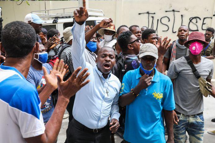 Aanhangers van de vermoorde president protesteren bij de rechtbank in Port-au-Prince.