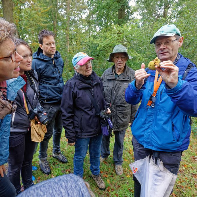 Paddenstoelenwandeling georganiseerd door de IVN Etten-Leur in het Liesbos aldaar. Paddenstoelenkenner Bart Hovers (rechts) vertelde er honderduit over de diverse paddenstoelen die men onderweg tegen kwam.