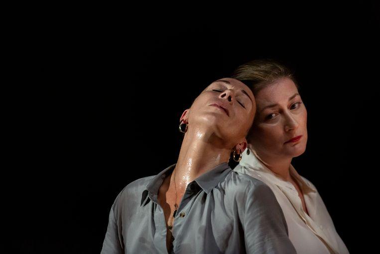 Lisbeth Gruwez en pianiste Claire Chevallie brengen een wonderlijk samenspel tussen dans en muziek in 'Piano Works Debussy'. Beeld Danny Willems