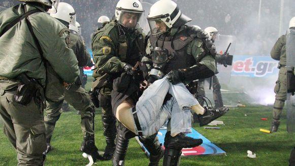 Een beeld uit de halve finale tussen PAOK en Olympiakos, die ontaardde in zware rellen.