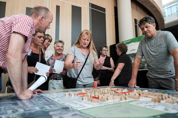 Bewoners van de Bloemenbuurt buigen zich over de plannen.