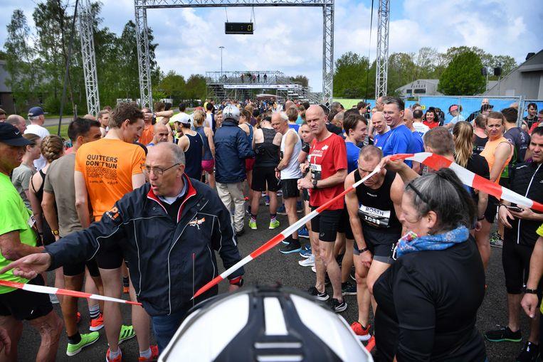 Deelnemers aan de atletiekwedstrijd van de stichting Enschede Marathon. Het hardloopfestijn was onderdeel van de Fieldlab-evenementen. Beeld ANP