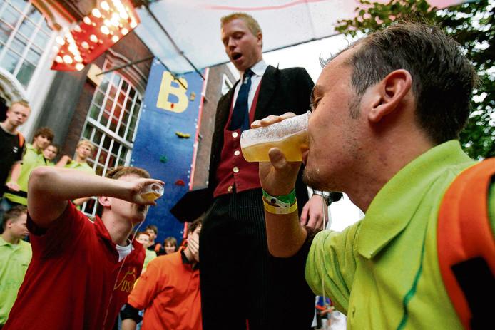 Bierspelletjes zoals deze zijn, als het aan de Delftse studenten ligt, verleden tijd.