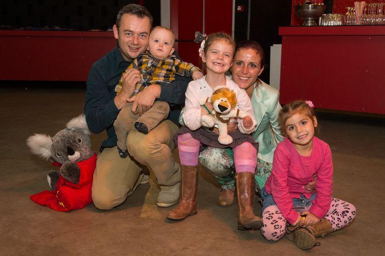 Stiefpapa Steven met broer Danté, mama Elfi met Audrey en rechts zus Yentel.