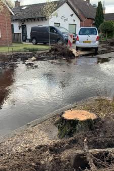 Honderden liters water klotsen door de straat in Mariënberg na foutje