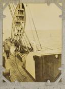 Een reddingssloep wordt aan boord gehesen van de RMS Carpathia vele uren nadat van de Titanic geen spoor meer is.