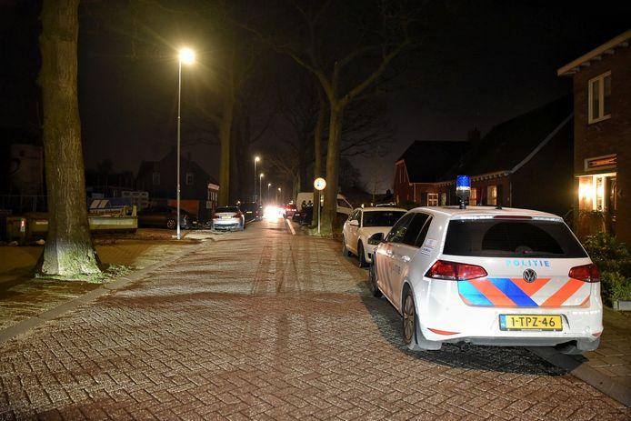 Politie verzamelde zich in de straat om mogelijke gijzeling.