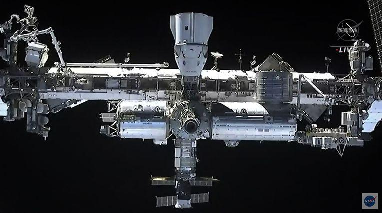 De Endeavour gekoppeld aan het ISS. Beeld AFP