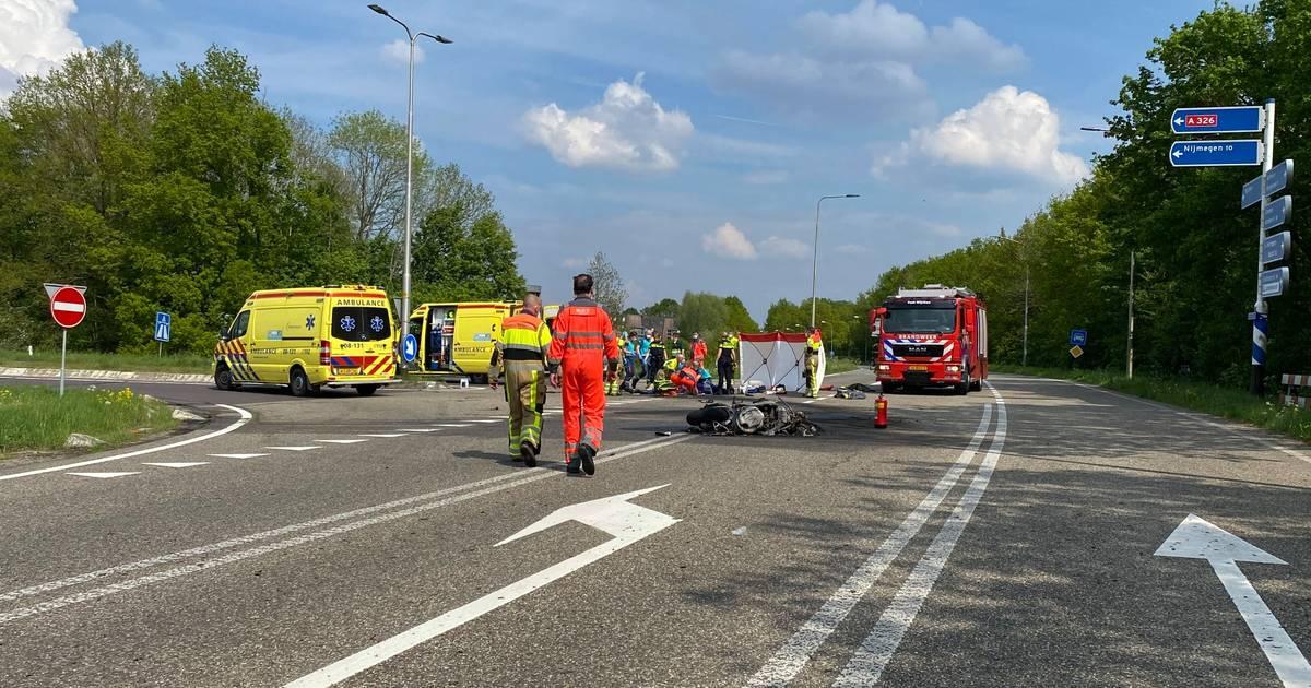 Motorrijder komt om het leven bij ongeluk in Wijchen: motor uitgebrand na botsing.