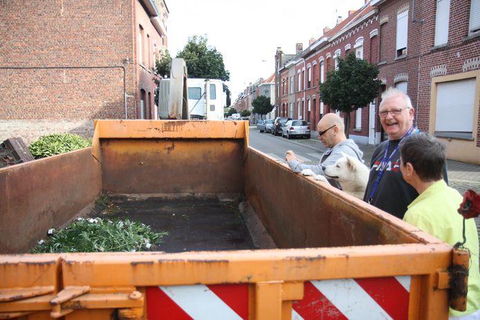 Enkele buren bij de ontmanteling van een cannabisplantage in de Leopoldstraat op de Barakken in Menen.