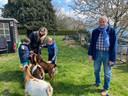 Freddy Vanden Wouwer uit Hoeilaart zet tuin open. Marijke kwam met haar twee zonen langs.