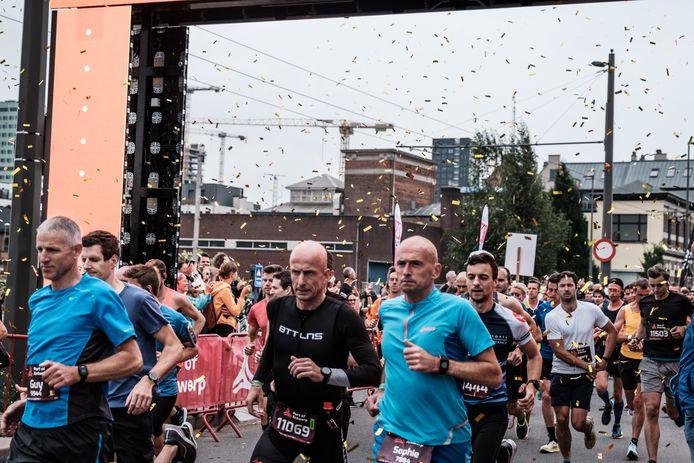 De eerste Antwerp Night Marathon was meteen de grootste ooit in België. Zo'n 3500 namen deel aan de volledige marathon en dus een Belgisch Kampioenschap.