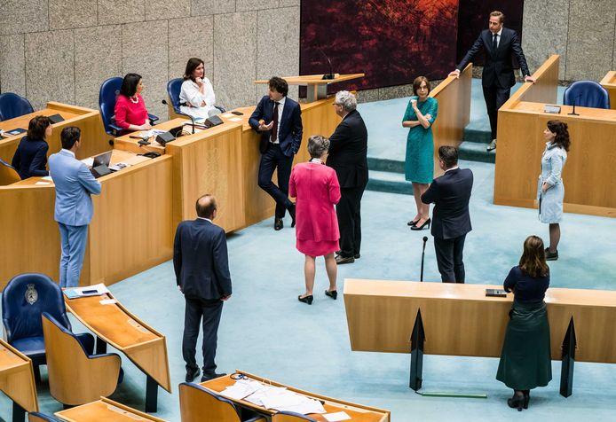 Kamerleden overleggen met kamervoorzitter Khadija Arib, vanwege de coronamaatregelen staan ze 1,5 meter van elkaar vandaan.