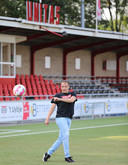 Christiaan Perrier, nog altijd lid van Unitas, demonstreert zijn traptechniek op het hoofdveld van de Gorcumse club.