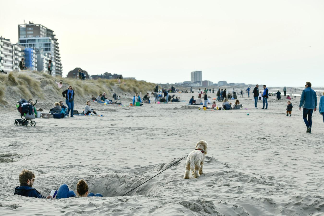 Gezellig druk op het strand (photo by Florian Van Eenoo/Photo News)