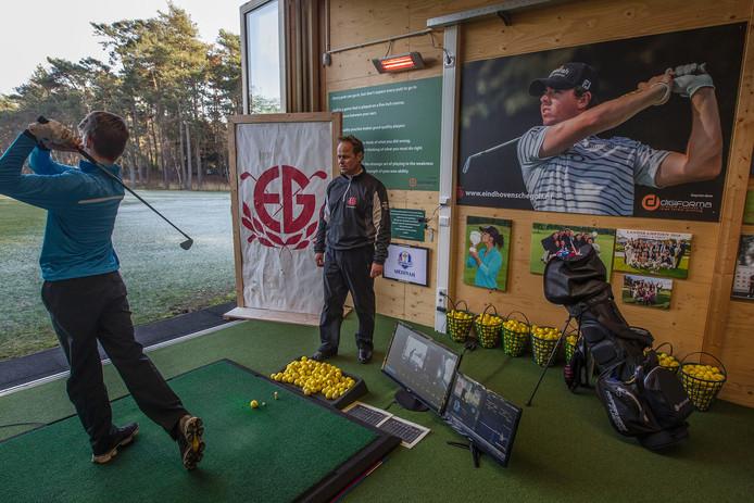 Eric der Kinderen geeft golfles.