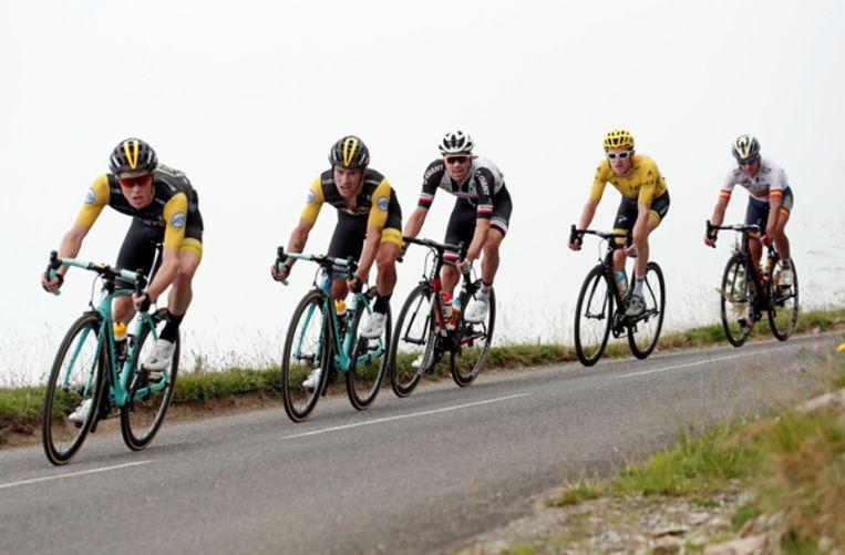 Tom Dumoulin achter zijn nieuwe ploeggenoten Steven Kruijswijk en Primoz Roglic in de Tour van vorig jaar. Beeld null