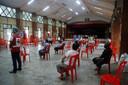 Mensen wachten op hun Sinovac-prik in Sittwe in het westen van Myanmar.