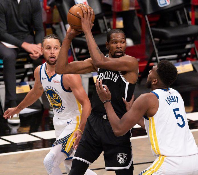 Kevin Durant was meteen goed voor 22 punten, achter hem ex-teammaat Stephen Curry.
