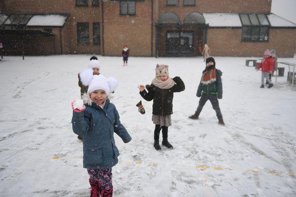 Een sneeuwbal in het gezicht krijgen, is niet zelden het begin van een goede vriendschap.