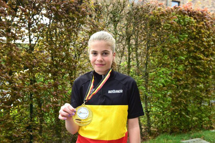 Xanthe met haar driekleur en met haar medaille.